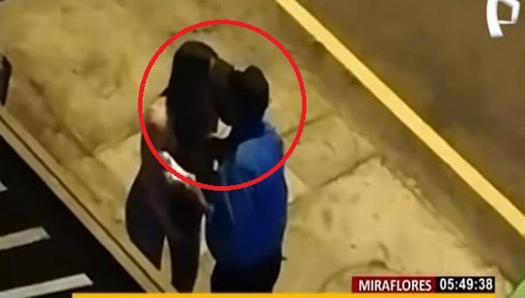 Imágenes registradas por cámaras de seguridad muestran a sereno de Miraflores besando a una intervenida. (Foto: Captura: Buenos Día Perú)