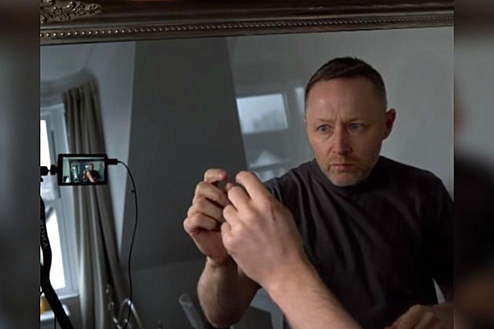 Se viralizó en redes sociales la grabación protagonizada por un hombre que aseguró haberse llevado un gran susto al revisar la grabación de una cámara que olvidó pagar. (Foto: Captura/BBC Two)