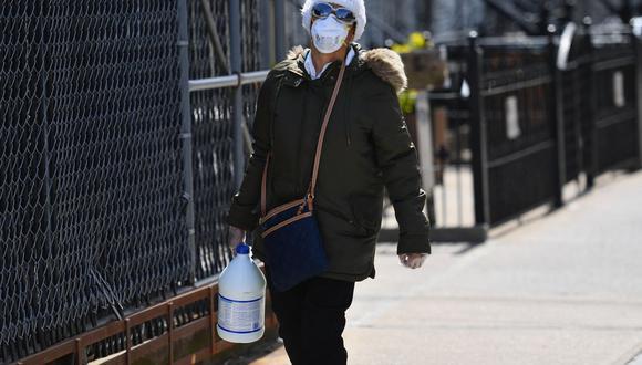 Imagen referencial. Una persona con una mascarilla lleva un galón de lejía el 7 de abril de 2020 en Brooklyn, Nueva York (Estados Unidos).  (Angela Weiss / AFP).