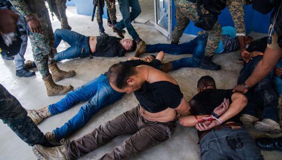 Policías custodian hoy a un grupo de sospechosos de haber participado en el asesinato del presidente haitiano, Jovenel Moise, en Puerto Príncipe (Haití). (Foto: EFE/ Jean Marc Hervé Abélard).