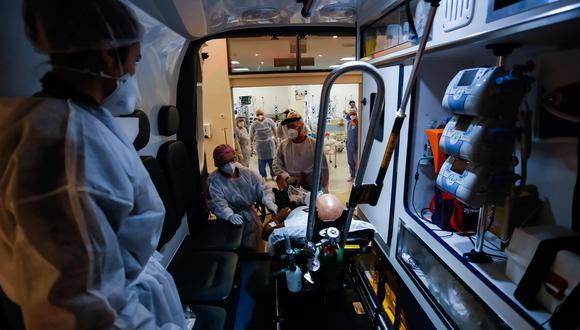 Brasil, epicentro global de la pandemia del coronavirus, teme la falta de oxígeno y medicamentos en unas Unidades de Cuidados Intensivos (UCI) que están al límite, mientras busca dar un empujón a la campaña de vacunación con la llegada este domingo del primer lote de dosis del programa internaciona. (Foto: EFE).
