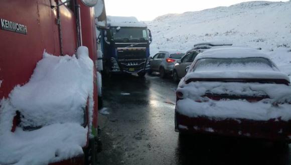 Imagen de la carretera Central bloqueada por la caída de una intensa nevada. Foto: Andina