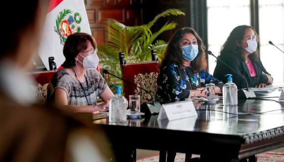 Pilar Mazzetti, Violeta Bermúdez y la ministra de Vivienda, Solangel Fernández, estuvieron en la última de conferencia de prensa, el miércoles pasado, sin anuncios drásticos. (Foto: Andina)