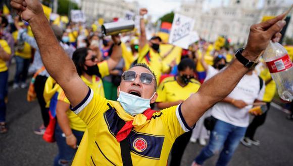 Un manifestante grita durante una marcha en apoyo a las manifestaciones que tienen lugar en Colombia contra la reforma fiscal del gobierno del presidente Iván Duque y contra la violencia policial, en Madrid, España. (Foto: REUTERS / Juan Medina).