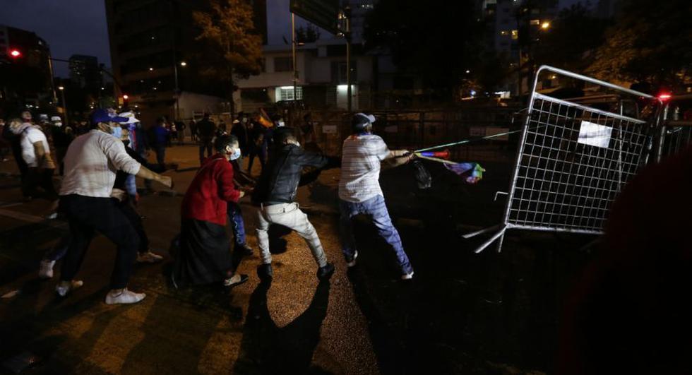 Partidarios del candidato presidencial Yaku Pérez que exigen un recuento de las elecciones presidenciales, enfrentamiento con la policía frente al Consejo Nacional Electoral en Quito, Ecuador. (Foto: AP/Dolores Ochoa)