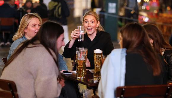 La gente bebe en las mesas exteriores de un bar en Soho, en el centro de Londres, el 24 de septiembre de 2020, en pleno repunte del coronavirus. (Foto de Tolga Akmen / AFP).