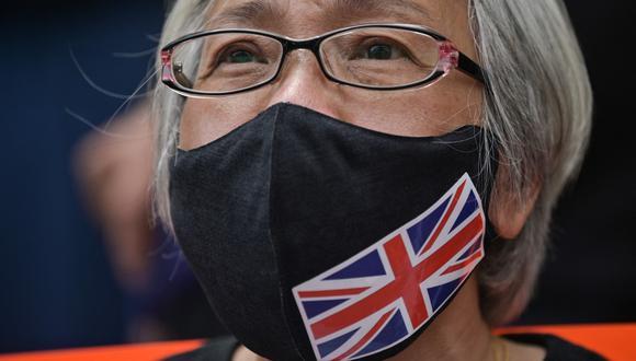 """Alexandra Wong, una activista conocida como la """"abuelita Wong"""", se sienta frente al tribunal de West Kowloon en Hong Kong, durante las comparecencias ante el tribunal de decenas de opositores acusados de subversión. (Anthony WALLACE / AFP)."""