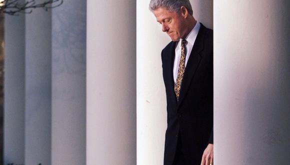 Hace más de 20 años, el demócrata Bill Clinton atravesó por el mismo trance por el que, a partir de mañana, pasará el republicano Donald Trump; finalmente, el esposo de Hillary Clinton fue absuelto por el Senado de los cargos de perjurio y obstrucción a la justicia. (Archivo AP)