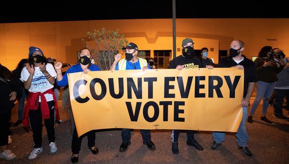 Manifestantes en el condado de Clark, en Nevada, exigen el conteo completo de votos, pese a las exigencias de la campaña de Trump para que se detenga la contabilidad en algunos estados del país. (Reuters)