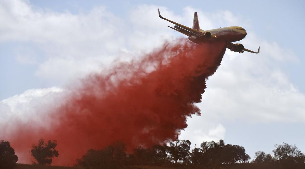 Un avión del Servicio de Bomberos Rurales de Nueva Gales del Sur (NSW) lanza retardante de fuego en Bredbo, Australia, La capital de la nación, Canberra, enfrenta su peor amenaza. (Mark Graham / Bloomberg).