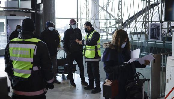 Los miembros del personal de seguridad del aeropuerto controlan a los pasajeros que ingresan al aeropuerto Charles de Gaulle, en Roissy, en las afueras de París, Francia. (Foto: EFE / EPA / YOAN VALAT).