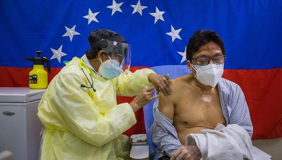 Un hombre recibe una vacuna contra el coronavirus covid-19 en el Hospital Ana Francisca Pérez de León II, en Caracas, Venezuela. (Foto: EFE/ Miguel Gutiérrez).