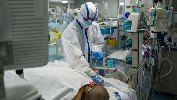 """El coronavirus """"se previene con cocaína o con un secador de manos"""":  10 falsos rumores que vienen causando confusión y temor en el mundo. En la imagen, un paciente es atendido en China. Foto: AFP"""
