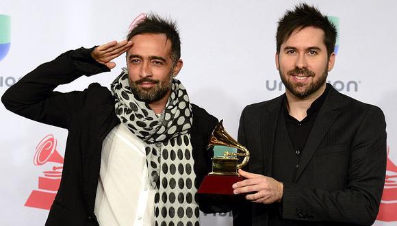 Pablo Hurtado y Mario Domm, de la banda Camila, posan con su Grammy Latino al mejor álbum vocal pop contemporáneo. (EFE: Mike Nelson)
