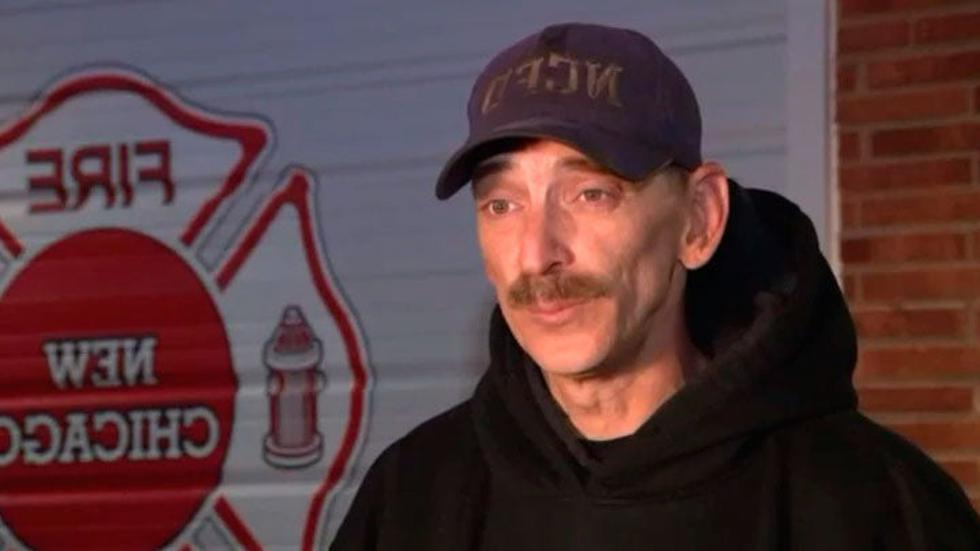Charles Calvin es un bombero voluntario en Nueva Chicago, Indiana, y sin que él lo supiera, recibió su primer pago del gobierno el pasado viernes. (Foto: WGN9)