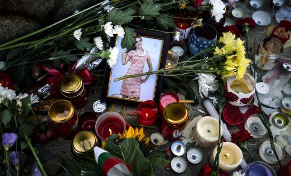 Flores y velas se colocan cerca del retrato de la periodista de televisión búlgara Viktoria Marinova. Bulgaria se vio presionada por encontrar a su asesino. (Foto: AFP)