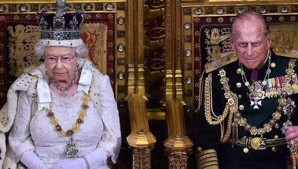 Príncipe Felipe, el duque de Edimburgo, junto a la Reina Isabell II  en una ceremonia en el 2017. (Foto: AFP).