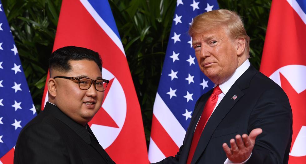 Imagen referencial del 2018. Donald Trump y Kim Jong Un se convirtieron el 12 de junio de 2018 en los primeros líderes estadounidenses y norcoreanos en reunirse, darse la mano y negociar para poner fin a un enfrentamiento nuclear de décadas. (AFP/SAUL LOEB).