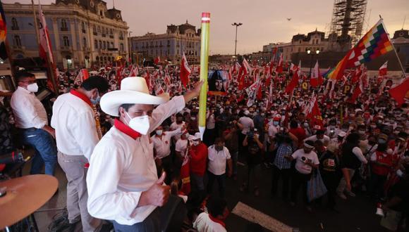 Pedro Castillo acompañado de Vladimir Cerrón (al lado con la cabeza hacia abajo) en el cierre de campaña de Perú Libre en Lima el pasado 8 de abril. La actividad fue en la Plaza 2 de Mayo. (Foto: Violeta Ayasta / GEC)