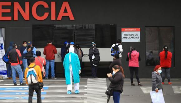 Ciudadanos esperan información de sus familiares contagiados con covid-19, en las afueras del Hospital Iess del Sur en Quito (Ecuador). (Foto: EFE/José Jácome/Archivo).