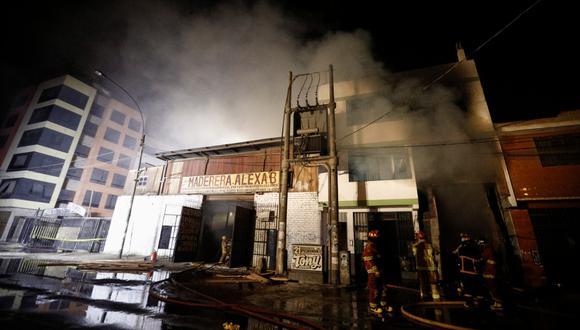 Los bomberos siguen  trabajando en el lugar desde la noche de ayer. (Foto: joel alonzo/ @photo.gec)