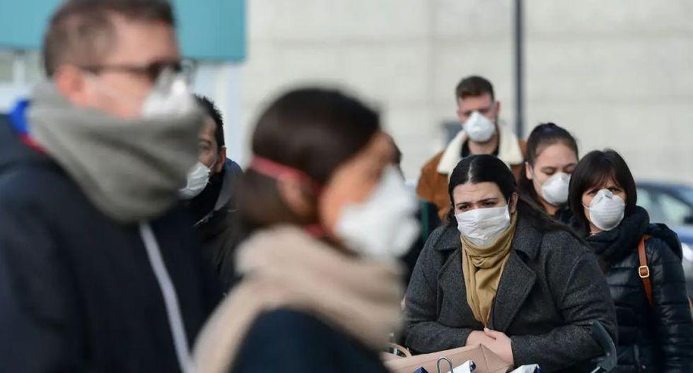 Residentes esperan tener acceso a comprar en un supermercado en la ciudad italiana de Casalpusterlengo, Lombardía. (Foto: AFP)