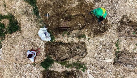 Fotografía tomada con dron en la que se registró el entierro de un joven de 28 años víctima de coronavirus covid-19, en el cementerio Despraiado en Cuiabá, capital de Mato Grosso, Brasil. (EFE/Rogerio Florentino).