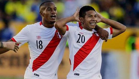 André Carrillo anotó un doblete a Paraguay en Asunción y recibió las felicitaciones de Edison Flores. (Foto: AP)