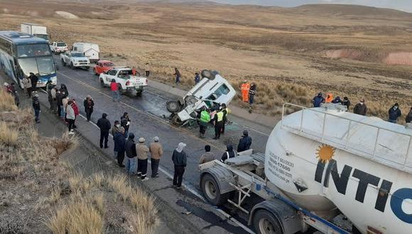 El violento choque frontal entre camión y miniván repleta de pasajeros deja 11 fallecidos y ocho heridos en vía Juliaca - Arequipa. (Foto: cortesía PNP)