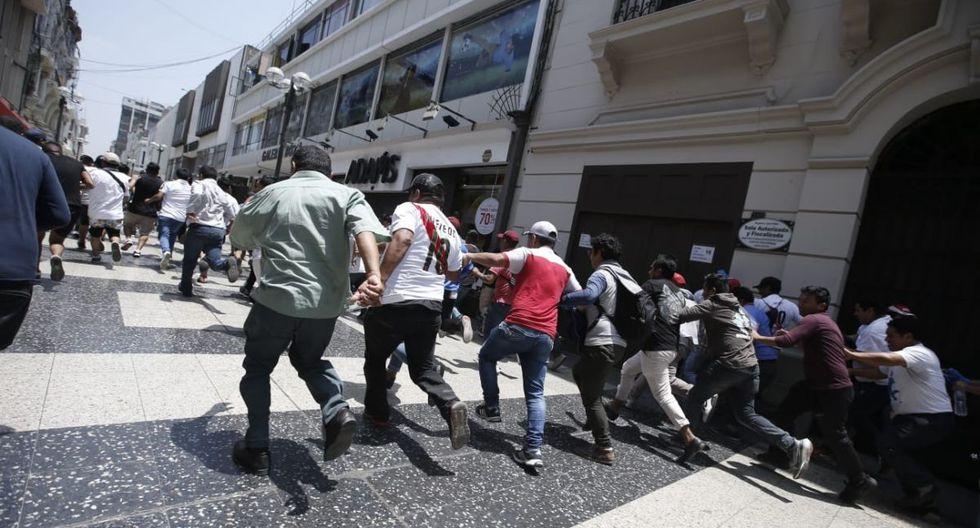 La Policía retiró a los 'colectiveros' que estaban en el Jirón de la Unión. (Foto: Mario Zapata Nieto/GEC)