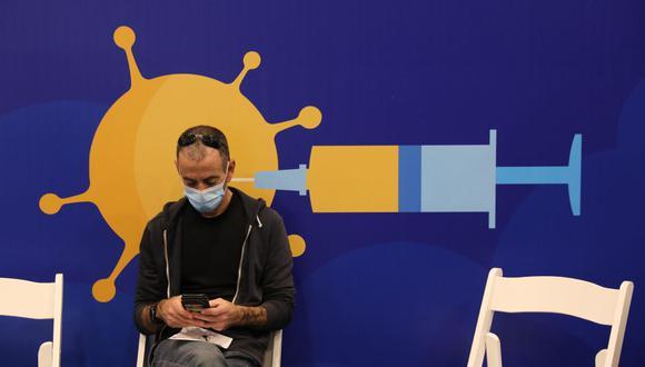 Un israelí espera después de recibir una vacuna contra el coronavirus COVID-19 en Tel Aviv. (EFE / EPA / ABIR SULTAN).