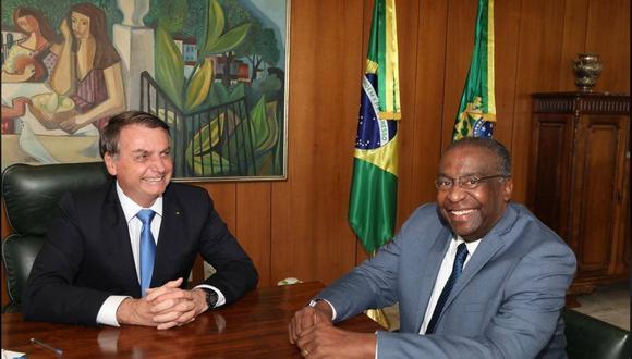 Jair Bolsonaro y su flamante ministro de Educación, Carlos Decotelli da Silva, un economista, profesor universitario y oficial de reserva de la Marina. (Facebook)