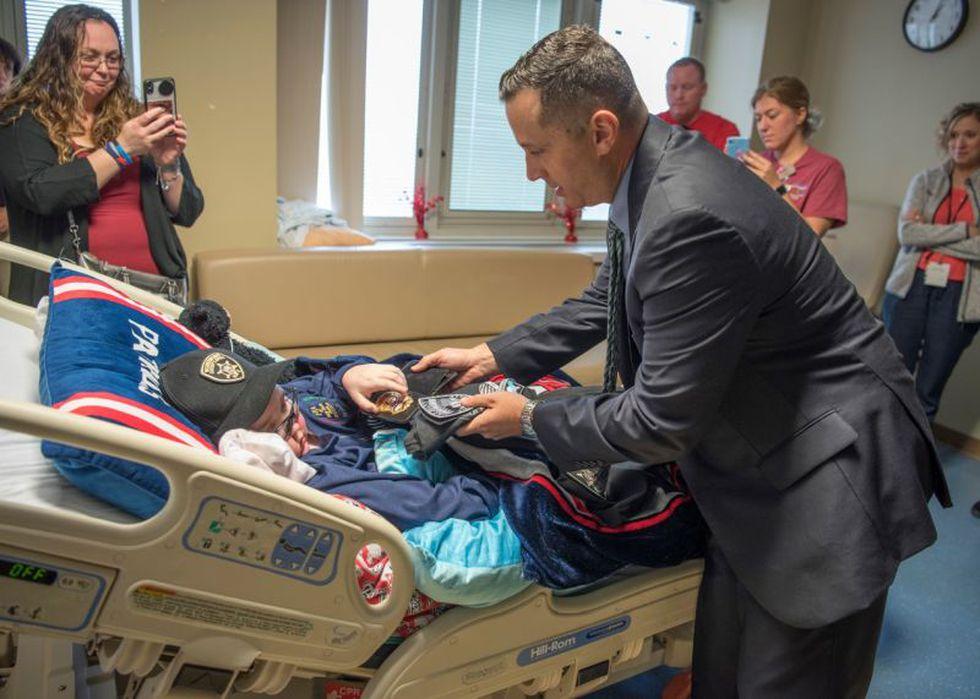 El gesto de la policía causó gran admiración por parte de los familiares de John y de muchos usuarios de redes sociales | Foto: Facebook / Albany Police Department