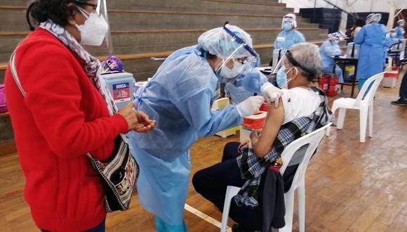 Los adultos mayores deben ir acompañados de un familiar, portando mascarilla, protector facial y su DNI respectivo. (Foto archivo GEC)