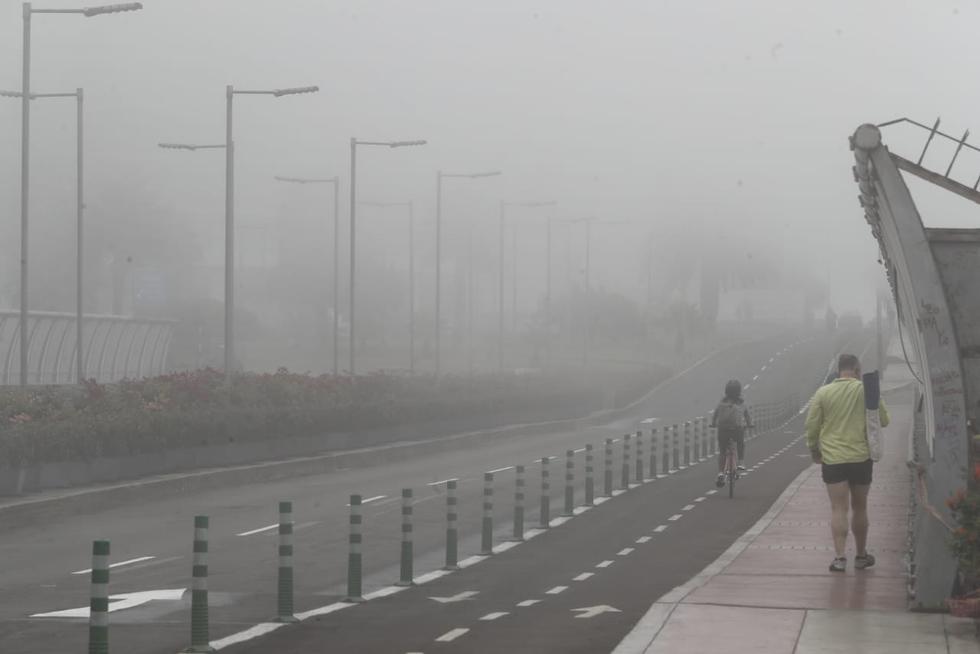 Una densa neblina cubrió el malecón del distrito de Miraflores este jueves. El fenómeno meteorológico estaba al nivel de las veredas y la pista, lo que dificultaba la visibilidad de la zona. Sin embargo, no impidió que muchas personas salieran a pasear y practicar deporte. (Fotos: César Campos/@photo.gec)