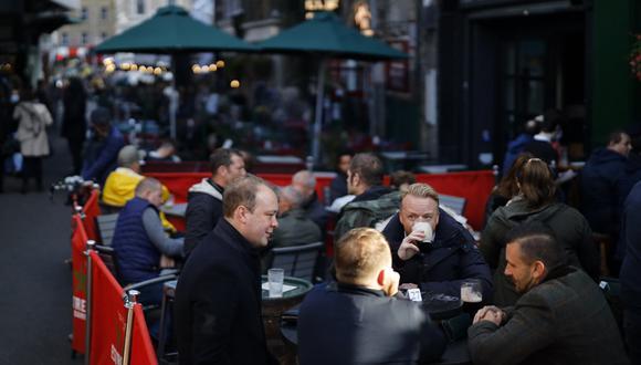 Un grupo de personas se reúnen en el pub The Market Porter, en Borough Market, en Londres, el pasado 25 de septiembre de 2020. (Tolga Akmen / AFP)