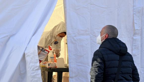 Los viajeros polacos esperan una prueba de coronavirus en el cruce fronterizo de Stadtbruecke, entre Alemania y Polonia, el lunes 22 de marzo de 2021. (Patrick Pleul / dpa vía AP).
