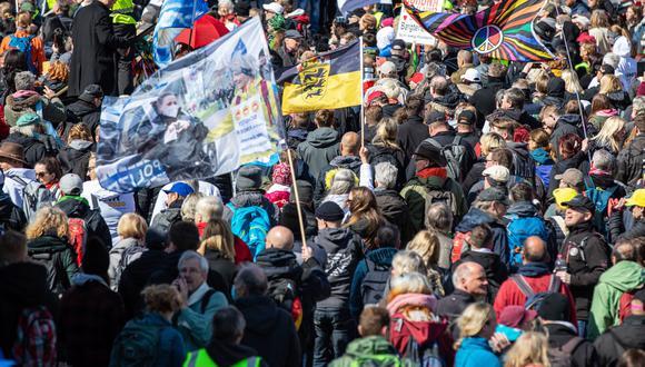 Manifestantes en contra de las restricciones dictadas por el gobierno para frenar al coronavirus, en Alemania. EFE