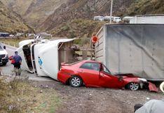 Carretera Central: dos muertos dejó la volcadura de un camión sobre auto