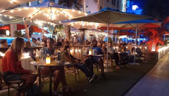 Decenas de personas el sábado en Ocean Drive, Miami Beach. ¿Coronavirus? ¿Qué coronavirus? Eso es lo que parece que piensan los miles de turistas y residentes locales que disfrutan de la playa, fiestas en locales nocturnos y el ambiente en unas calles en las que muchos olvidan que Florida registra sus peores días desde que comenzó la pandemia. (EFE/ Álvaro Blanco).