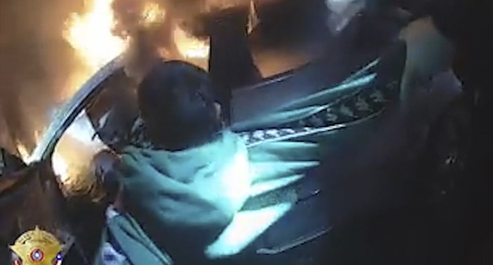 Salvan la vida a un conductor atrapado en el auto en llamas que había estrellado