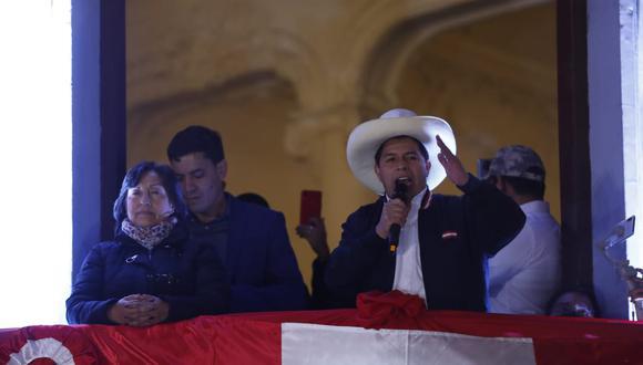 """Acompañado por Dina Boluarte, Pedro Castillo, en su primer discurso como presidente electo, afirmó que respetará la actual Constitución """"hasta que el pueblo lo decida"""". (Foto: Hugo Pérez / GEC)"""