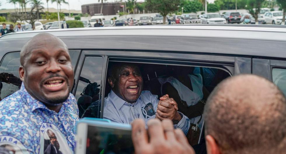 Este viernes, diez años después de haber sido extraditado para ser juzgado por crímenes de lesa humanidad en la Corte Penal Internacional (CPI), el expresidente de Costa de Marfil Laurent Gbagbo (con las manos juntas, en el auto) regresó absuelto de las acusaciones en su contra. (Foto: Leo Correa / AP)