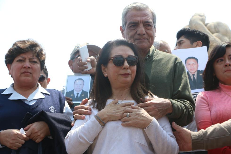 Elidio Espinoza junto a familiares de los otros policías involucrados. (Foto: Johnny Aurazo)