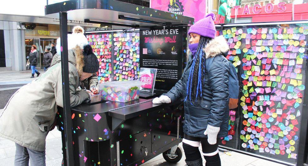 """Un """"muro de los deseos"""" en Times Square recoge miles de ruegos para Año Nuevo. (Foto: EFE/Sergi Santiago)"""
