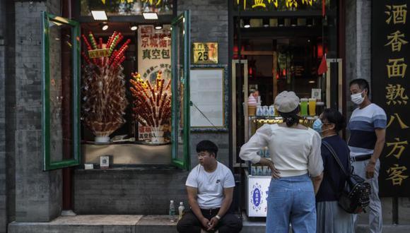 La gente visita la calle comercial Qianmen en medio de la pandemia de coronavirus en Beijing, ChinA. (Foto: EFE / EPA / WU HONG).