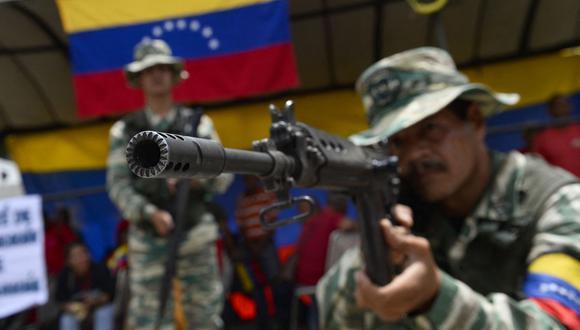 Integrantes de la Milicia Nacional Bolivariana participan en ejercicios militares en Caracas, Venezuela, el 16 de septiembre de 2019. (Foto de Matias Delacroix / AFP).