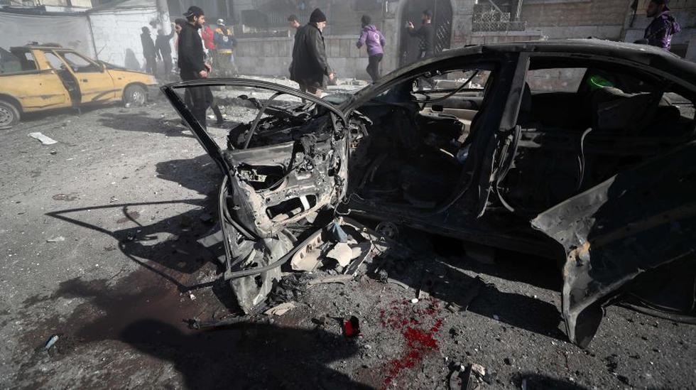 Un automóvil quedó quemado y con manchas de sangre después de un ataque aéreo de las fuerzas pro-régimen de siria en la provincia de Idlib que dejo dieciocho civiles muertos. (Foto: AFP).