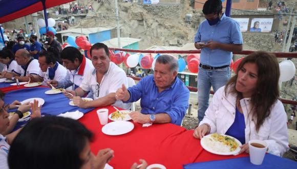 Imagen de una actividad de César Acuña (APP) el sábado, en San Juan de Lurigancho. Especialistas han recomendado mantener el distanciamiento social de al menos un metro y medio, y evitar consumir alimentos en grupo, entre las distintas medidas para combatir la propagación del COVID-19. (Foto: Britanie Arroyo / GEC)