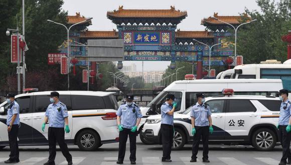 Por lo menos 11 barrios residenciales próximos al mercado ubicado en el sur de Beijing volvieron a adoptar confinamiento y estrictas medidas de seguridad, como el cierre de las escuelas que habían retomado clases. (Foto: AFP / GREG BAKER)